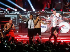 Bruno Mars, left, performs during the halftime show of the NFL Super Bowl XLVIII football game between the Seattle Seahawks and the Denver Broncos Sunday, Feb. 2, 2014, in East Rutherford, N.J. (AP Photo/Evan Vucci)