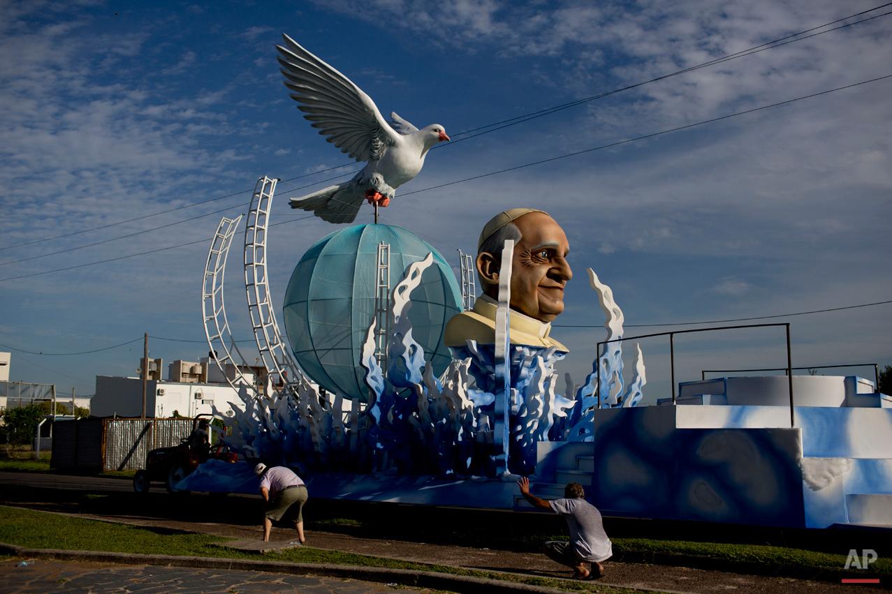 Los argentinos católicos idolatran imagenes del Papa en el carnaval Ap780868996645_9