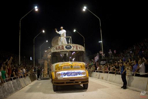 Los argentinos católicos idolatran imagenes del Papa en el carnaval Ap968575139383_0