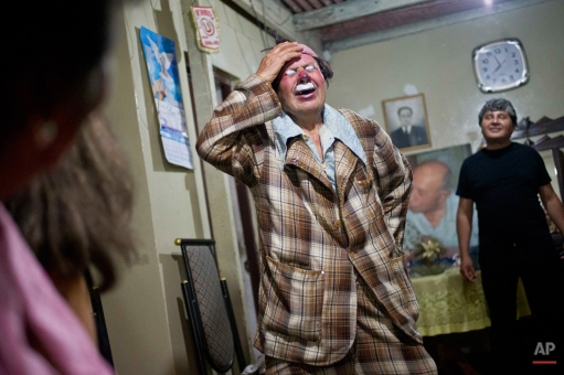 """In this Feb. 7, 2015 photo, veteran clown Ricardo Farfan, popularly known as """"Pitito,"""" performs during his 91st birthday party at his home in Lima, Peru. (AP Photo/Esteban Felix)"""
