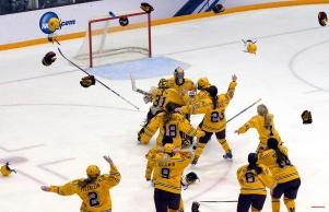 Minnesota players celebrate winning the NCAA Frozen Four championship college hockey game against Harvard, Sunday, March 22, 2015, in Minneapolis. Minnesota won 4-1. (AP Photo/Hannah Foslien)