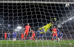 Chelsea's goalkeeper Thibaut Courtois is beaten by a header from PSG's Thiago Silva, left, for PSG's second goal during the Champions League round of 16 second leg soccer match between Chelsea and Paris Saint Germain at Stamford Bridge stadium in London, Wednesday, March 11, 2015. (AP Photo/Matt Dunham)