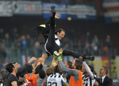 Juventus' coach Massimiliano Allegri is thrown in the air in celebration at the end of a Serie A soccer match between Sampdoria and Juventus, at the Luigi Ferraris stadium in Genoa, Italy, Saturday, May 2, 2015. (AP Photo/Carlo Baroncini)