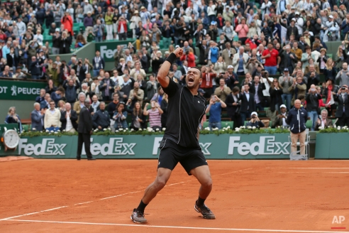 France's Jo-Wilfried Tsonga celebrates winning his fourth round match of the French Open tennis tournament against Tomas Berdych of the Czech Republic in four sets 6-3, 6-2, 6-7, 6-3, at the Roland Garros stadium, Paris, France, Sunday, May 31, 2015. (AP Photo/David Vincent)