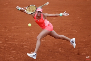 Andrea Hlavackova of the Czech Republic returns the ball to Serena Williams of the U.S. during their first round match of the French Open tennis tournament at the Roland Garros stadium, Tuesday, May 26, 2015, Paris, France. (AP Photo/Christophe Ena)