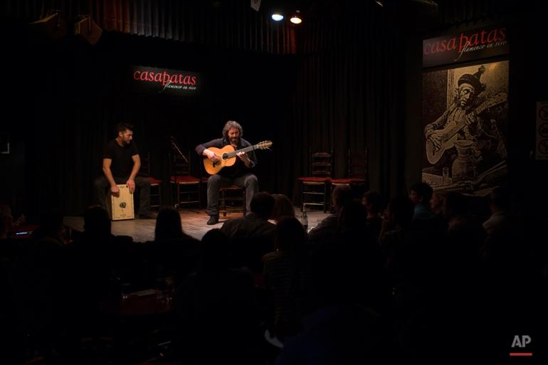 Rabu ini, 11 November 2015 foto, gitaris Spanyol 'Flamenco' kamaron de-Pitita, kanan, melakukan dengan seniman lain dalam pameran Flamenco Club Casa Patas di Madrid. The flamenco gitar Spanyol sebagai dikenal untuk desain mereka yang indah, warna kayu yang kaya dan kaya, nada musik renyah (AP Photo / Francisco Seco)