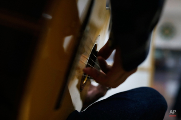 ini Rabu, November 11, 2015 foto, flamenco seniman Spanyol 'Jonah Jimenez memainkan gitar di sebuah toko gitar di Madrid. The flamenco gitar Spanyol dikenal karena bentuk mereka baik-baik saja, kaya warna dan penuh kayu segar nada musik. (AP Photo / Francisco Seco)