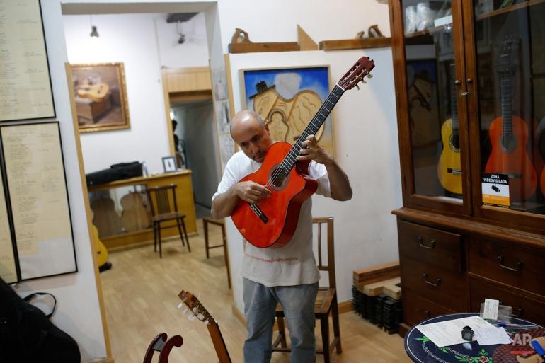 Dalam hal ini Rabu, November 11, 2015 foto, pembuat gitar Spanyol Mariano Conde disetel gitar di bengkel kerjanya di Madrid. Melanjutkan tradisi keluarga, Mariano Conde, yang bekerja dari studionya di pusat kota Madrid, di mana Dia dan anaknya, juga disebut Mariano membangun Laporan tangan khusus mereka gitar klasik dan flamenco. gitar flamenco Spanyol dikenal dengan bentuk halus, warna kayu yang kaya dan kaya, nada musik segar. (AP Photo / Francisco Seco)