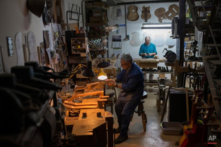 ini Selasa, November 10, 2015 foto, dua desainer Spanyol gitar bekerja di sebuah seminar di Madrid. The flamenco gitar Spanyol dikenal karena bentuknya yang indah, kaya warna dan kayu kaya, lagu segar (AP Photo / Francisco Seco. )