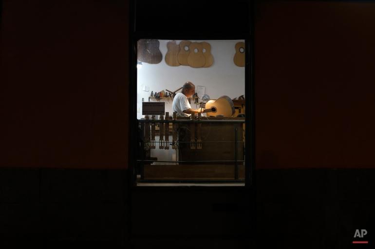 Rabu ini, 11 November 2015 foto, pembuat gitar Spanyol Mariano Conde bekerja di studionya di Madrid. Melanjutkan tradisi keluarga, Mariano Conde, yang bekerja dari studionya di pusat kota Madrid, di mana ia dan anaknya, juga disebut Mariano membangun Laporan tangan khusus mereka gitar klasik dan flamenco. gitar flamenco Spanyol dikenal dengan bentuk halus, warna kayu yang kaya dan kaya, nada musik segar. (AP Photo / Francisco Seco)
