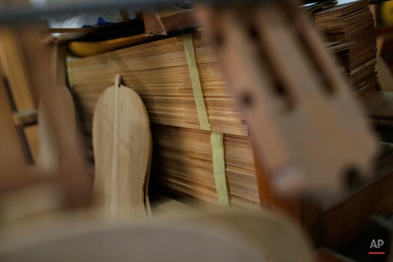 pada Selasa, November 17, 2015 lembar foto dari kayu dengan gitar 'Flamenco' menyimpulkan seminar di Madrid. The flamenco gitar Spanyol dikenal karena bentuk halus, warna kayu yang kaya dan kaya, nada musik segar. (AP Photo / Francisco Seco)