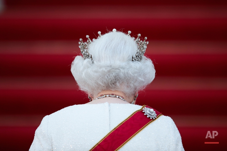Britain's Queen Elizabeth II arrives for an official state dinner,  in front of Germany's President Joachim Gauck's residence Bellevue Palace in Berlin, Wednesday, June 24, 2015. Queen Elizabeth II and her husband Prince Philip are on an official visit to Germany until Friday, June 26. (AP Photo/Markus Schreiber)
