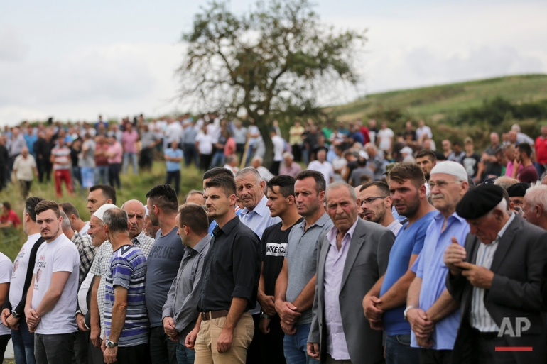 orang-orang menghadiri pemakaman Diamant Zabergja, 21, salah satu korban di komersial Olympia Munich pusat, di desa Ropice, Kosovo, pada Selasa, 26 Juli, 2016 jam tiga orang Albania dan dua wanita termasuk di antara para militan tewas di Munich empat hari lalu sembilan orang. (AP Photo / Vizar Kryeziu)